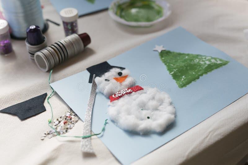 Julgarnering som göras av en årig flicka 10 arkivfoton