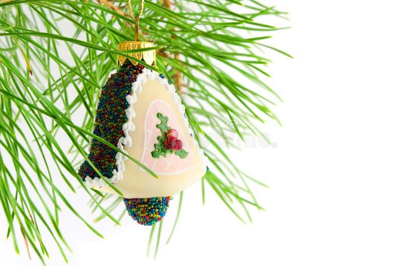 Julgarneringhandbell på den isolerade gran-filialen royaltyfria foton