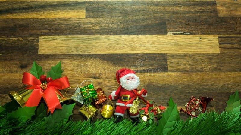 Julgarneringobjekt med små beståndsdelar lägenheten lägger decorationon träbakgrunden Top beskådar Attribut av det nya året fotografering för bildbyråer