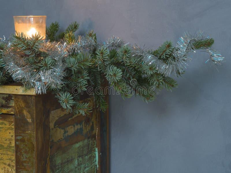 Julgarneringstearinljus i exponeringsglas och dekorerad silver på spr arkivfoto