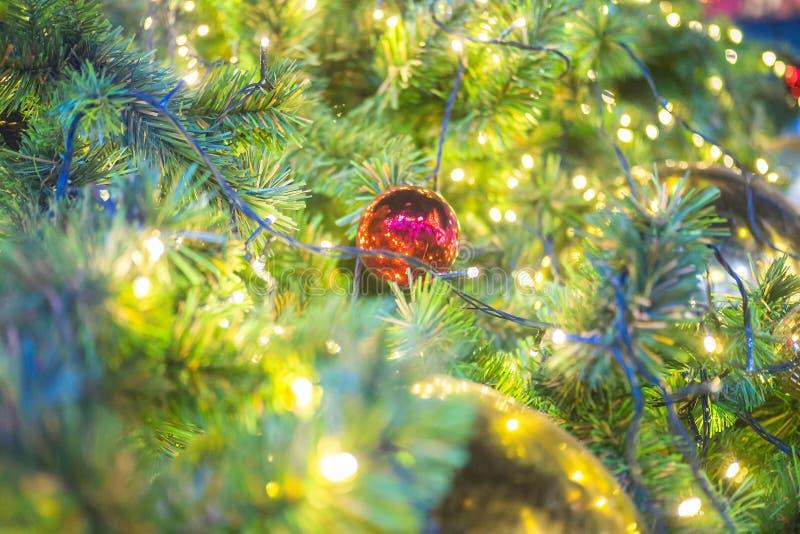 Julgarneringträd på glänsande ljusbakgrund arkivbilder