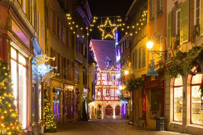 Julgata på natten i Colmar, Belgien royaltyfria foton