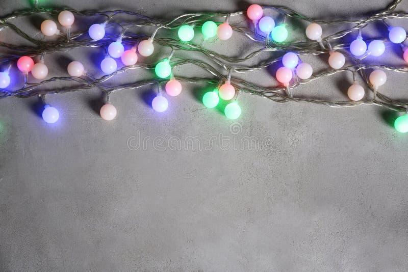 Julgirland som glöder på grå bakgrund arkivbild