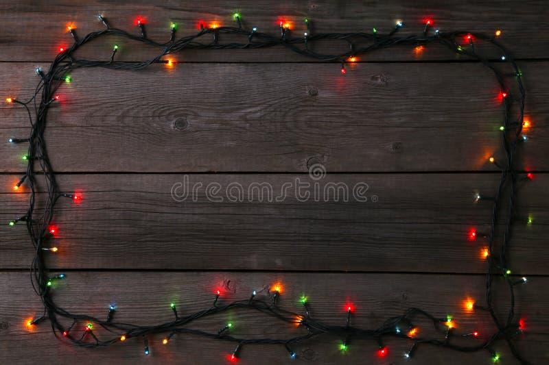 Julgirlandljus på grå bakgrund, kopieringsutrymme royaltyfria bilder