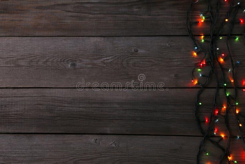 Julgirlandljus på grå bakgrund, kopieringsutrymme royaltyfri bild