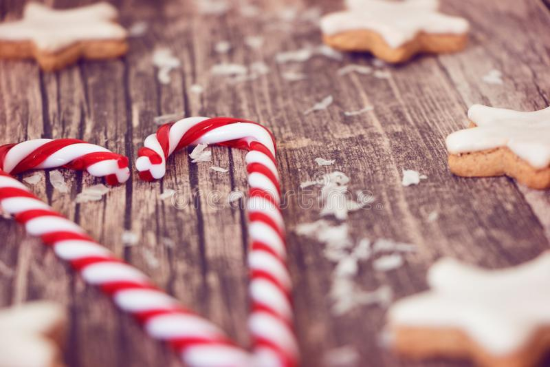 Julgodis och kanelbruna stjärnor på träbakgrund royaltyfria foton