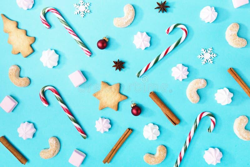 Julgodisar och sötsaker på blått fotografering för bildbyråer