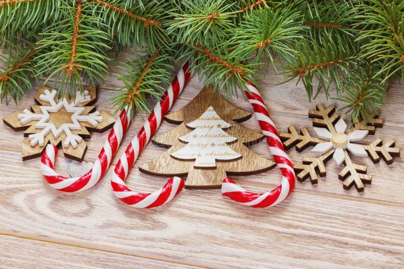 Julgodisrottingar och snöflingor på en träbakgrund royaltyfri bild