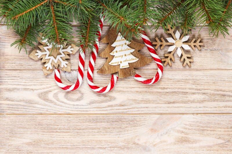 Julgodisrottingar och snöflingor på en träbakgrund royaltyfri foto