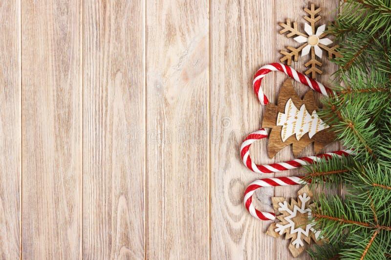 Julgodisrottingar och snöflingor på en träbakgrund fotografering för bildbyråer