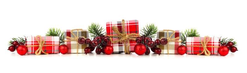 Julgräns av gåvaaskar och garneringar som isoleras på vit arkivbild