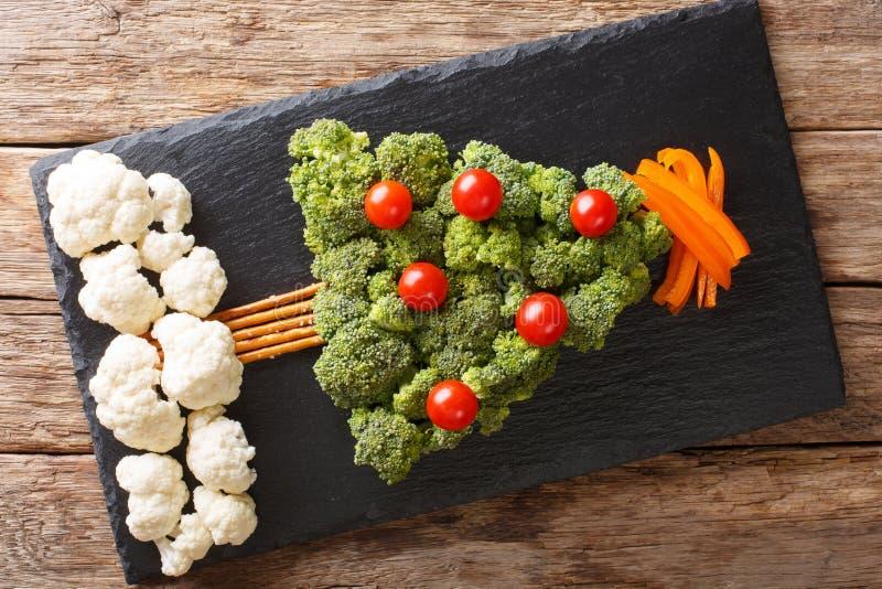 Julgran av broccoli, blomkål, tomat, pepparcloseup fotografering för bildbyråer