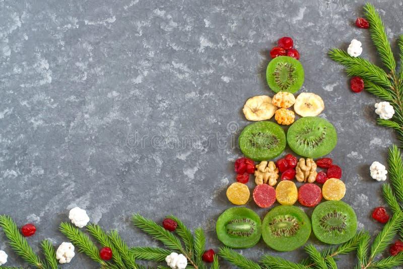 Julgran av färgrika kanderade frukter och muttrar arkivfoto
