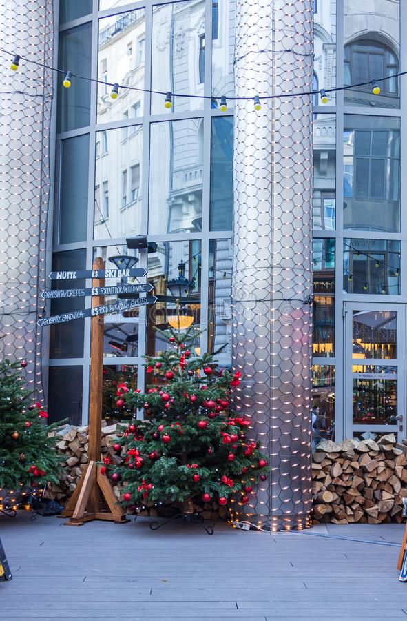 Julgran bredvid en pelare med en riktningsindikator, Budapest, Ungern royaltyfria foton