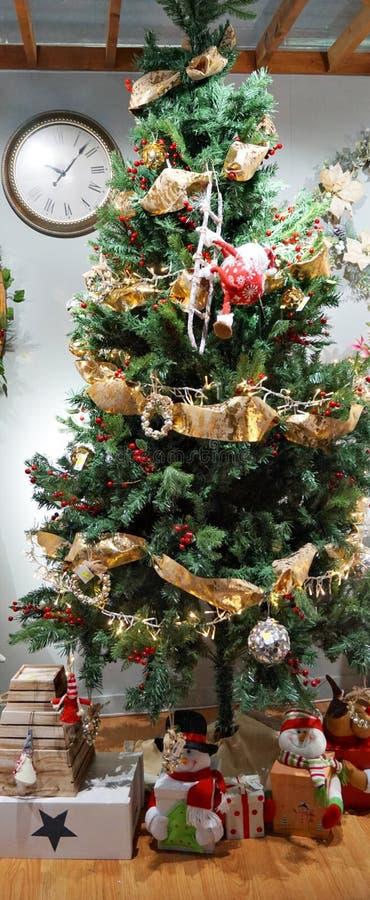 Julgran dekorerade dyrbara ögonblick som ger lycka arkivfoto