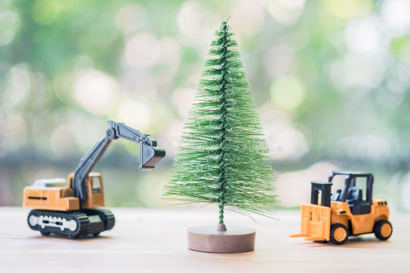 Julgran för flyttning för grävskopa- och gaffeltruckleksakmodell royaltyfria foton