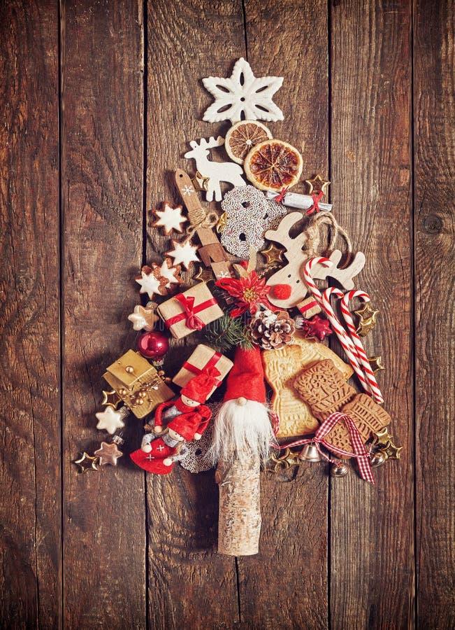 Julgran från kakor och garnering arkivbilder