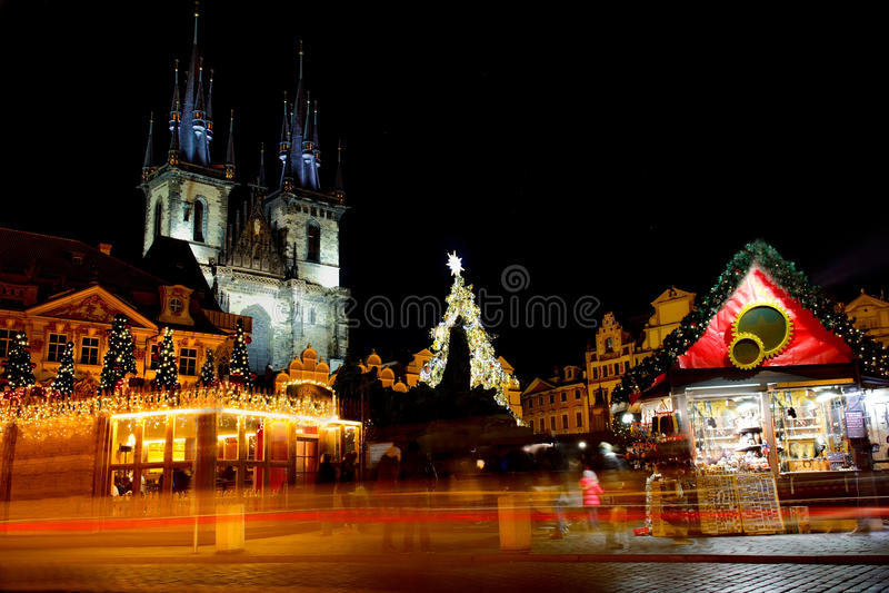 Julgran framme av den Tyn kyrkan i Prague på natten royaltyfri fotografi