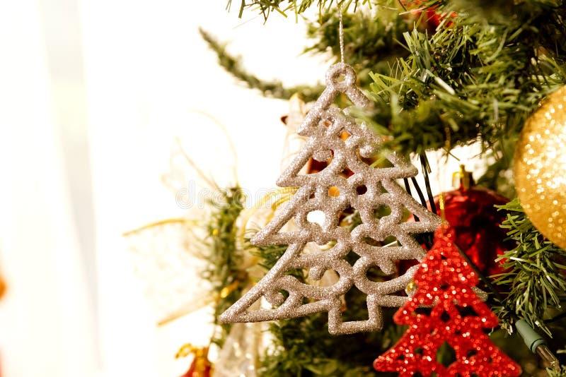 Julgran garnering, slut upp dagplats arkivbild