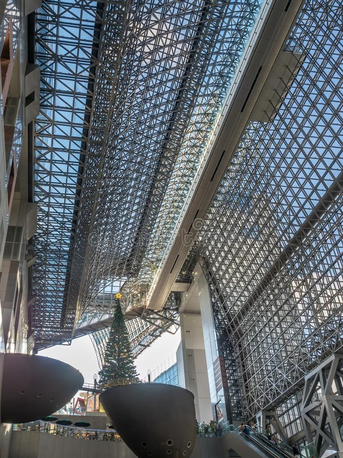 Julgran i den Kyoto drevstationen, Japan royaltyfri foto