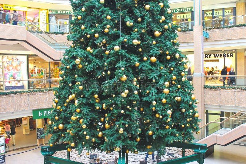 Julgran i en köpcentrum royaltyfri foto
