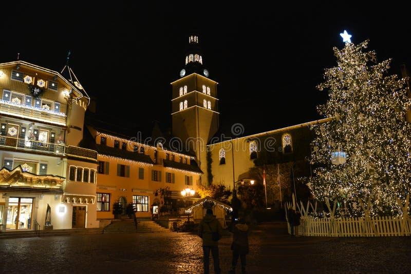 Julgran i en liten by i de franska fjällängarna royaltyfri foto