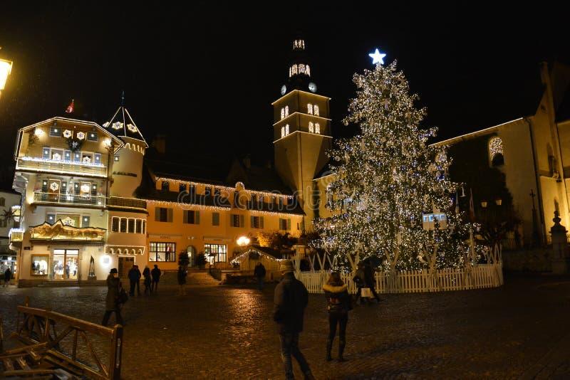 Julgran i en liten by i de franska fjällängarna royaltyfri bild