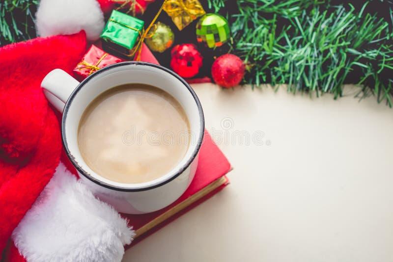 Julgran i kaffekopp med Santa Hat och garneringar och arkivbilder