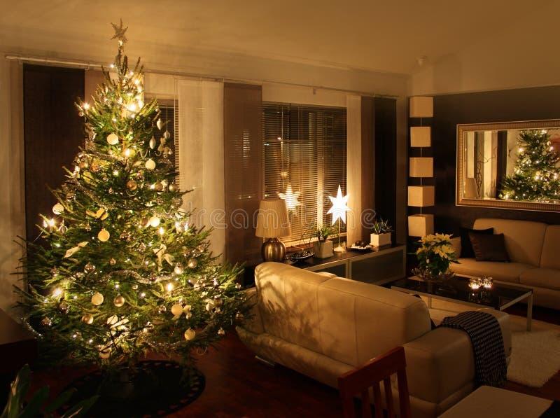Julgran i modernt vardagsrum arkivfoto