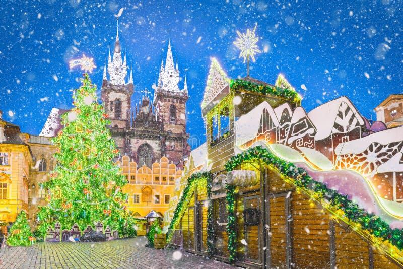 Julgran i Prague på natten, Tjeckien arkivbild