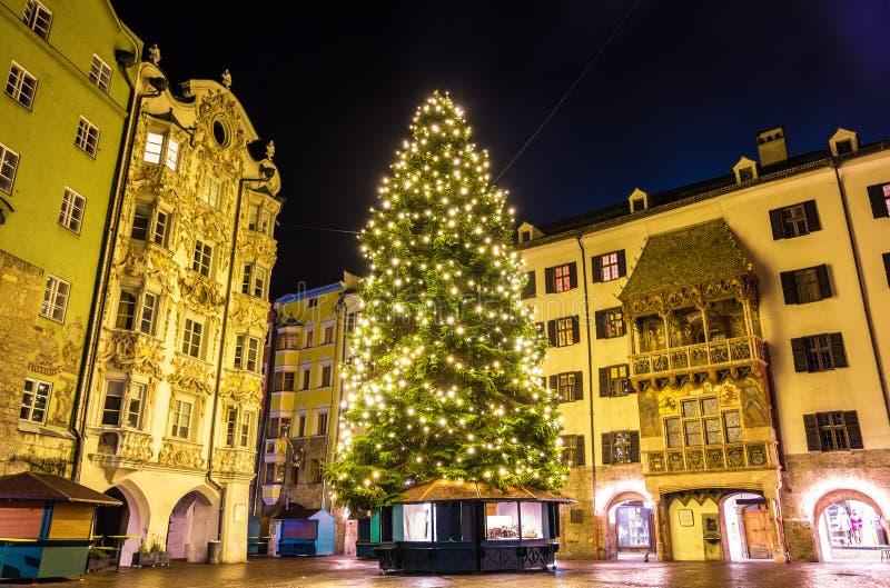 Julgran i stadsmitten av Innsbruck arkivfoton