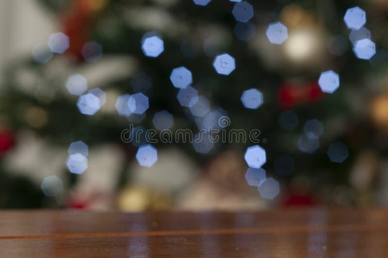 Julgran i suddig bakgrund med utrymme som skriver julmeddelandet royaltyfri fotografi