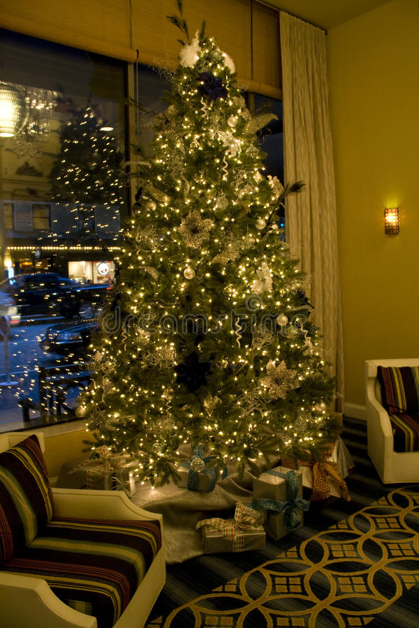 Julgran i vardagsrum fotografering för bildbyråer