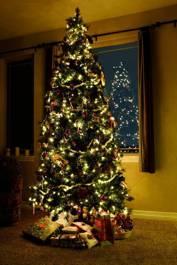 Julgran i vardagsrum med ljus royaltyfria foton