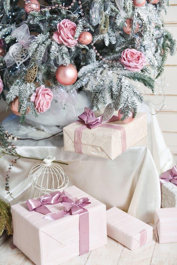 Julgran i vinterinre av fotostudion, sovrum, ny-år blom- garnering bollar gåvor, julleksaker royaltyfria foton