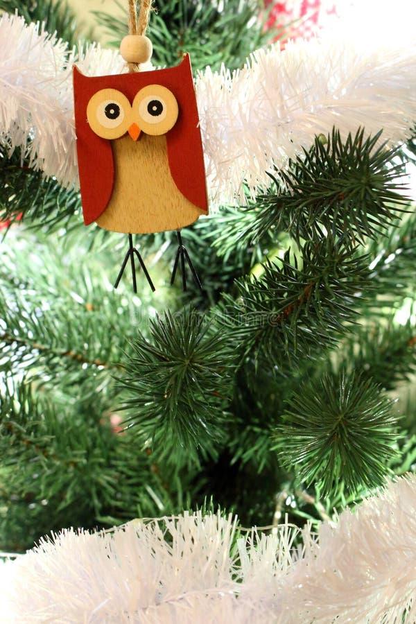 Julgran med att hänga träugglan Julgran med ljus prydnader och leksaker Vishetsymbol Festlig garnering för nytt år royaltyfria foton