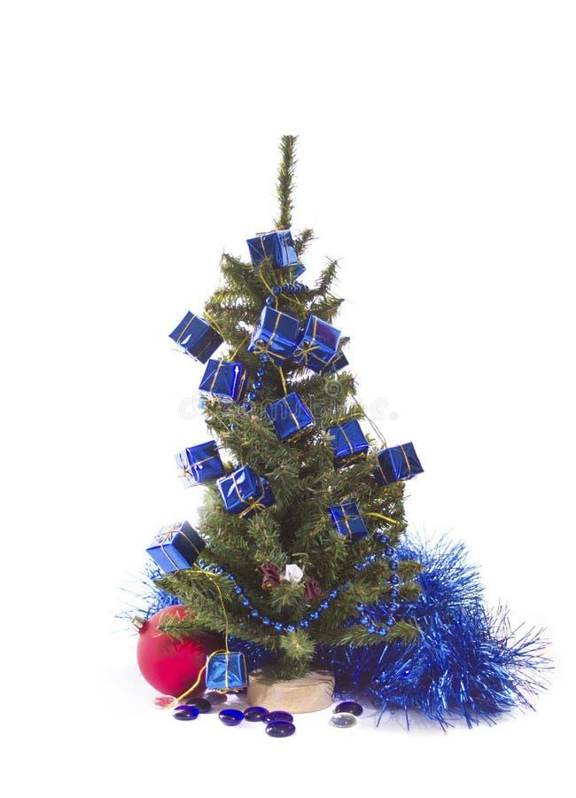 Julgran med blåa och röda garneringar arkivbild