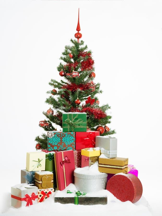Julgran med färgrika gåvor fotografering för bildbyråer
