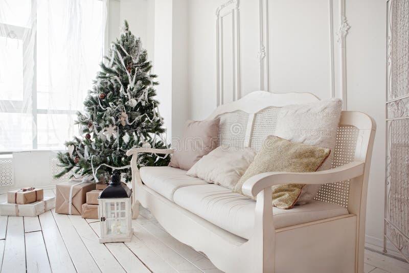 Julgran med gåvor under i vardagsrum royaltyfri bild