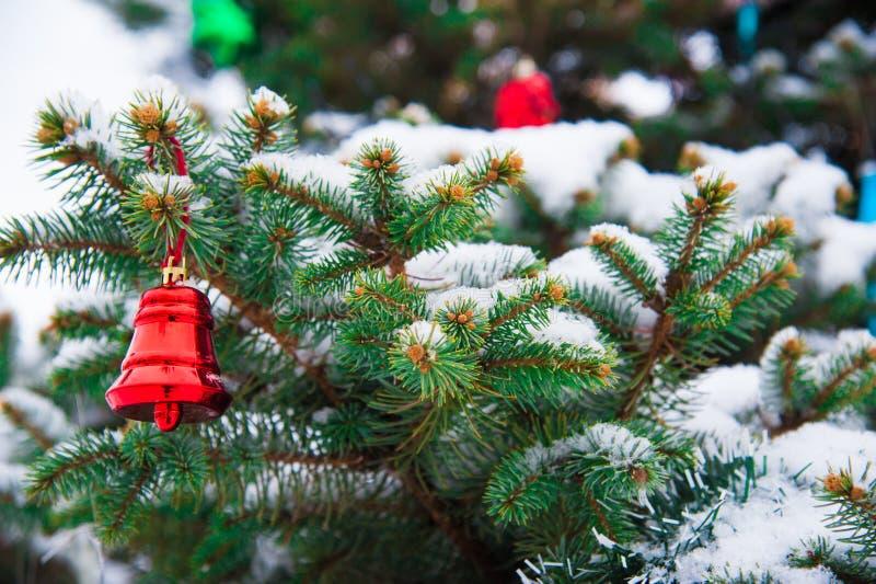 Julgran med garnering under snö royaltyfri bild