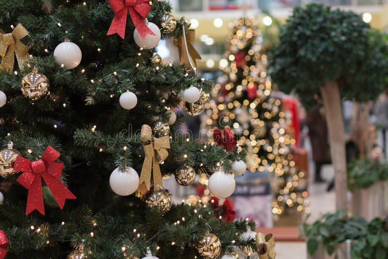 Julgran med garneringar på köpcentret Olympia royaltyfria bilder