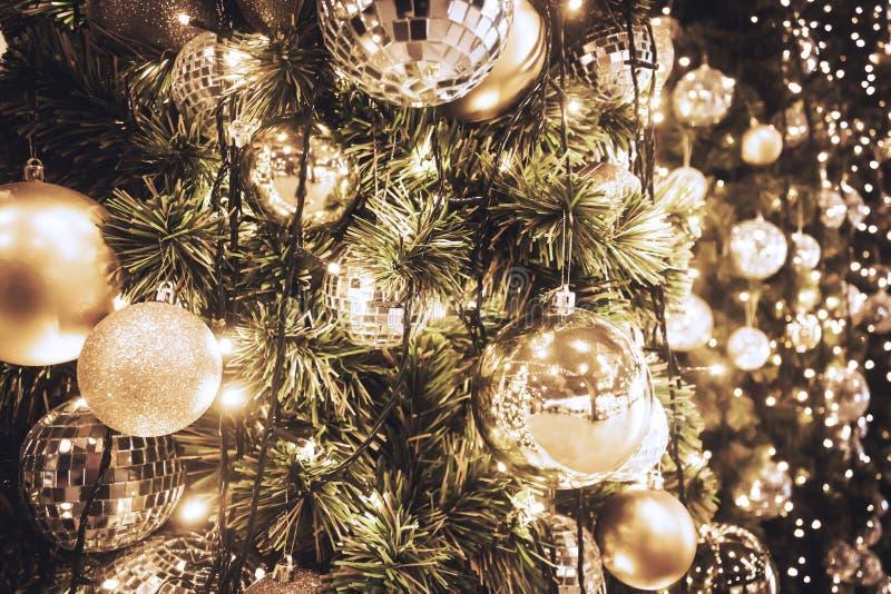 Julgran med guld- boll- och bokehljusbakgrund xmas royaltyfri bild