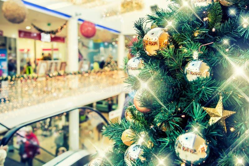 Julgran med guld- garnering i shoppinggalleria arkivfoton