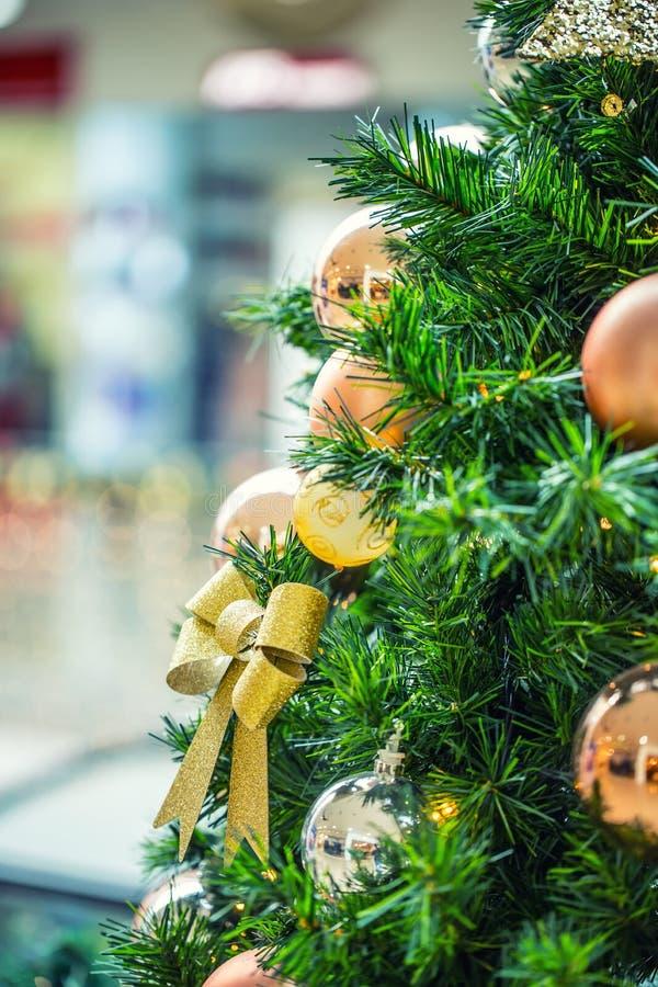 Julgran med guld- garnering i shoppinggalleria royaltyfri foto