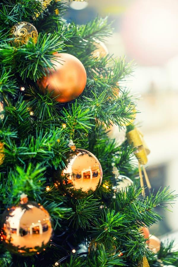 Julgran med guld- garnering i shoppinggalleria arkivbilder