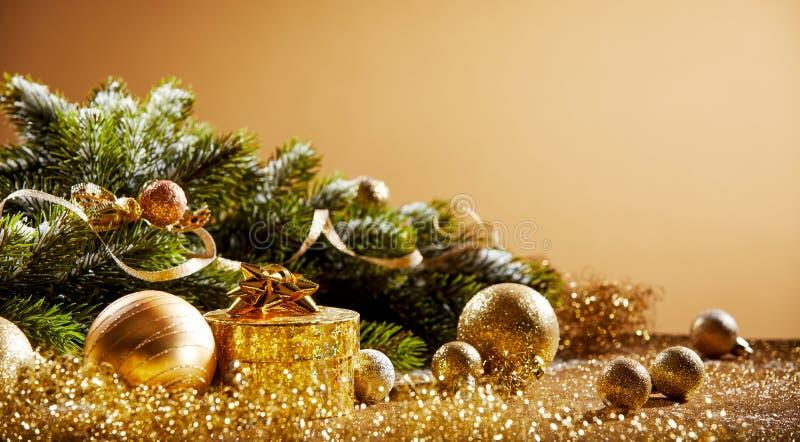 Julgran med guld- garneringar royaltyfri bild
