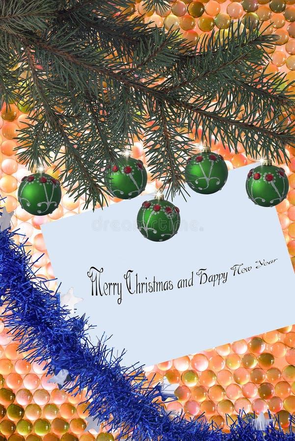 Julgran med julbollar med pärlor på ett hälsa kort med en girland på en gladlynt bakgrund royaltyfri bild