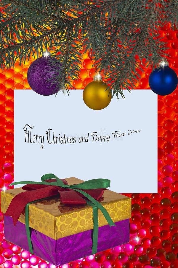 Julgran med kortet för julleksakerhälsning med en inskrift och elegant med den färgrika pilbågegåvaasken på ett festligt royaltyfria bilder