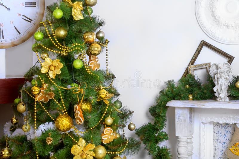 Julgran med leksaker i inre royaltyfri fotografi