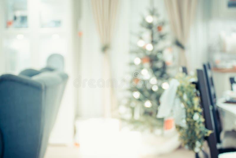 Julgran med ljus rad- och bollgarnering med abstra royaltyfri foto